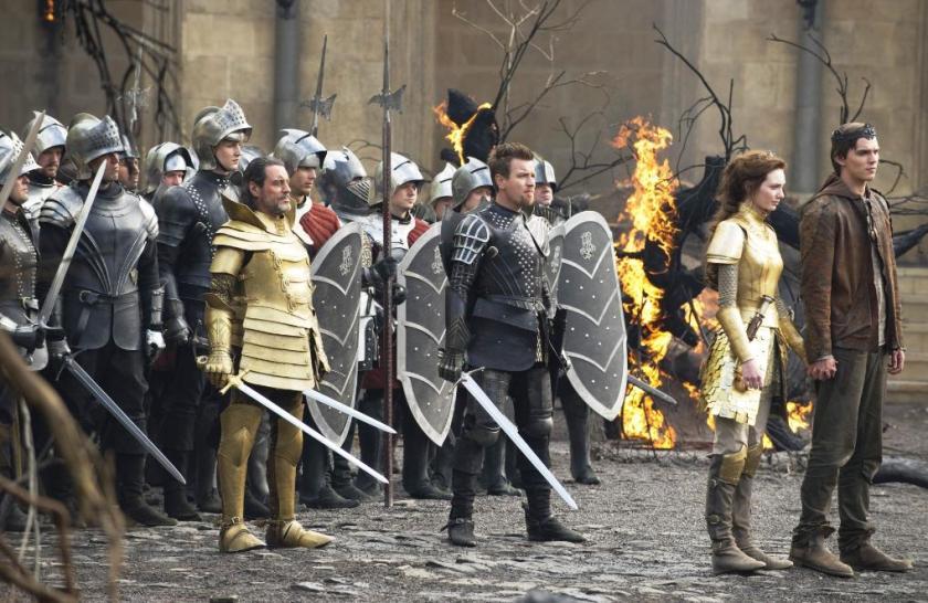 Esta imagen demuestra la fortaleza en escenografía y vestuario de la cinta. Los dos protagonistas (Hoult y Tomlinson) no inspiran nada, pero los dos que siguen (McGregor y McShane) son el punto positivo en actuación.
