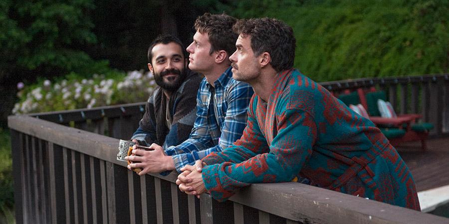 Frankie J. Álvarez, Jonathan Groff y Murray Bartlett. Fotografía de HBO (2015)