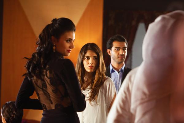 Aiysha Hart, con los dos aburridos protagonistas.  Fotografía de Image Nation (c) 2013
